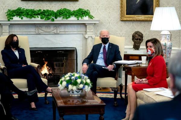 조 바이든 미국 대통령이 낸시 펠로시 하원의장(오른쪽) 등과 이달 초 백악관에서 경기 부양책 관련 협의를 하고 있다. EPA연합뉴스
