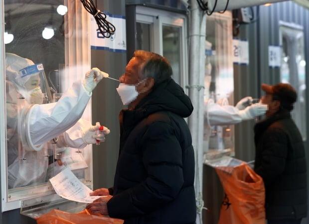 설날인 12일 오전 서울역에 설치된 중구임시선별진료소에서 시민들이 코로나19 검사를 받고 있다. /사진=연합뉴스