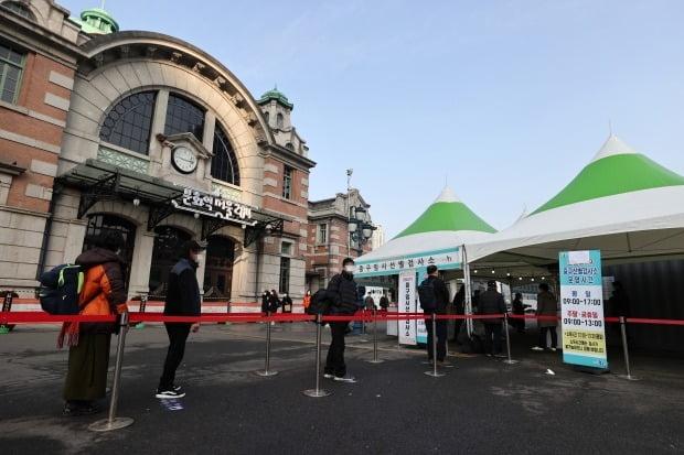 12일 오전 서울역에 설치된 중구임시선별진료소에서 시민들이 코로나19 검사를 기다리고 있다. /사진=연합뉴스