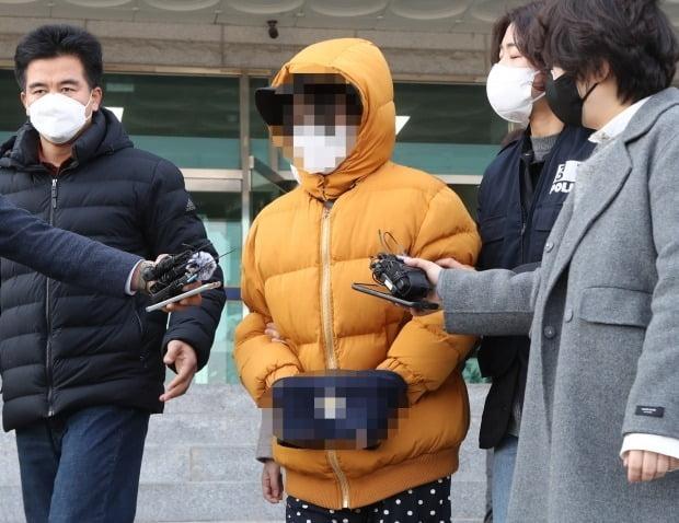 12일 오전 전북 익산에서 생후 2주된 아들을 때려 숨지게 한 부모가 구속됐다. 사진은 아동학대 부모 중 한 명이 호송차로 이동하는 모습. /사진=연합뉴스