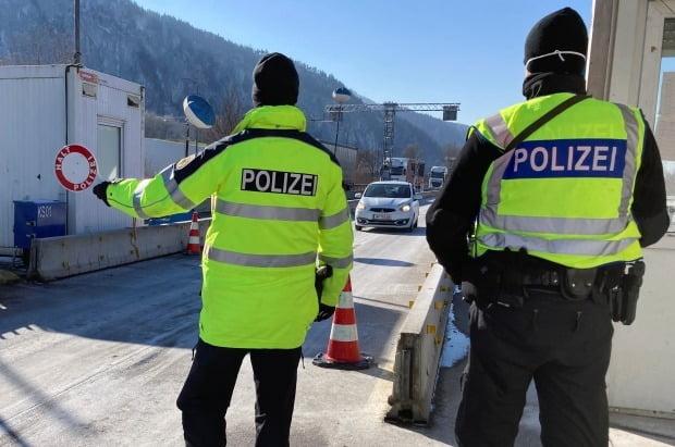 독일 키페르스펠덴의 국경 검문소에서 지난 12일(현지시간) 경찰관들이 오스트리아 티롤 지역에서 들어오는 차량들을 통제하며 신종코로나바이러스감염증(코로나19)검사 음성 증명서 제시를 요구하고 있다. /사진=로이터