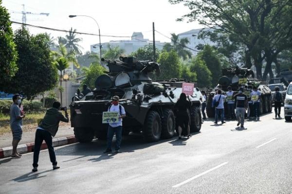 미얀마 최대 도시인 양곤 중심가에 배치된 군 장갑차 주변에서 지난 15일(현지시간) 시민들이 쿠데타에 항의하는 시위를 벌이고 있다. /사진=연합뉴스