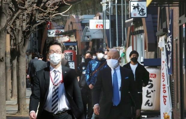 일본 도쿄에서 마스크를 쓴 시민들이 거리를 걷고 있다. 사진=AP