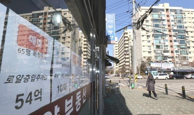 서울 강남구 압구정동 아파트 주변 부동산 모습. /연합뉴스