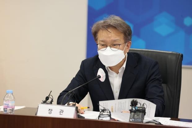 """권칠승 중소벤처기업부 장관은 대기업의 중고차 시장 진출에 대해 """"상생안 마련이 현실적""""이라는 입장을 밝혔다. 사진=연합뉴스"""