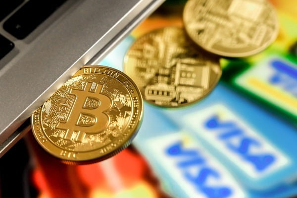 암호화폐 비트코인의 이미지를 형상화한 동전. EPA연합뉴스