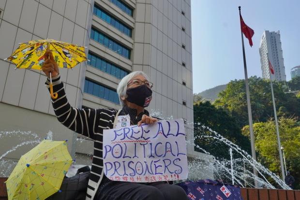 홍콩의 한 시민이 언론의 자유와 홍콩 독립을 요구하는 1인시위를 벌이고 있다.  사진=AP
