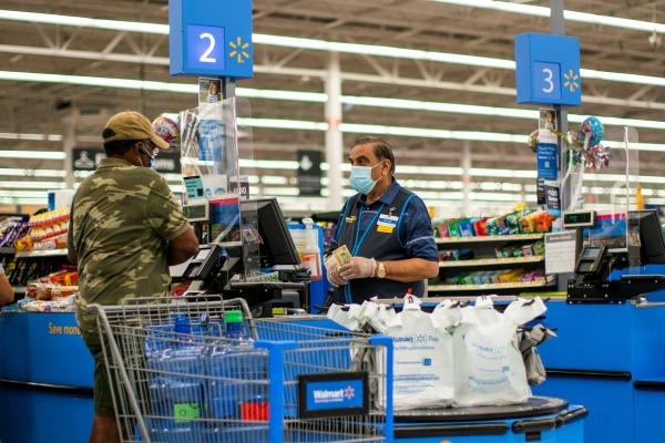 미국의 한 소비자가 뉴저지주 노스 브룬스윅 월마트 매장에서 계산하는 모습. 로이터연합뉴스