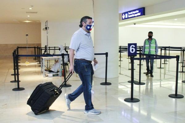 테드 크루즈 미 상원의원이 지난 18일 텍사스주 자택을 떠나 멕시코 휴양지 칸쿤 국제공항에 들어서는 모습이 카메라에 포착됐다. 로이터연합뉴스