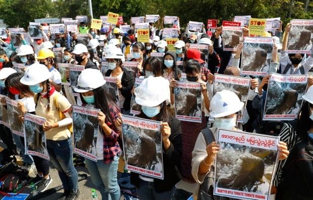 사진은 지난 14일 제2도시 만달레이에서 만달레이 대학 졸업생들이 시위 도중 경찰이 쏜 총에 머리를 맞아 숨진 미야 테테 카인의 사진을 들고 시위를 벌이는 모습. /사진=연합뉴스
