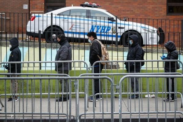 코로나19 검체검사를 받기 위해 줄 서 있는 미국인들/사진=AP