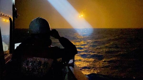 지난 20일 경북 경주 감포 해상에서 해경이 전복된 어선에 타고 있다가 실종된 선원들을 찾기 위한 야간 수색 작업을 하고 있다.  /사진=연합뉴스