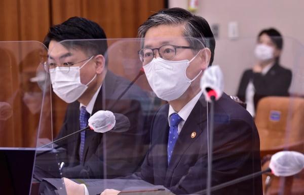 변창흠 국토교통부 장관이 22일 국회에서 열린 국토교통위원회 전체회의에서 답변하고 있다. 사진=연합뉴스