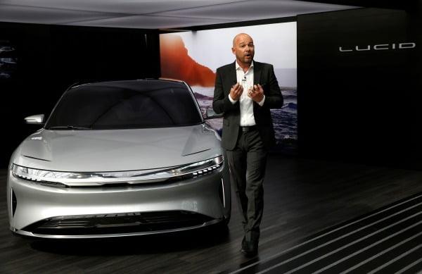 루시드모터스의 데렉 젠킨스 디자인담당 부사장이 2017년 뉴욕 국제 모터쇼에서 자사 전기차 모델인 '루시드 에어'에 대해 설명하고 있다. 로이터연합뉴스