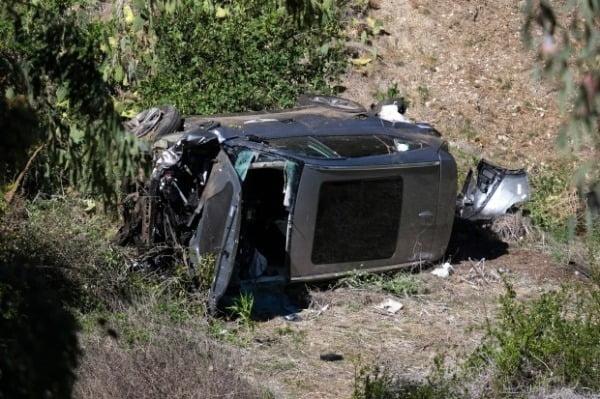 전복 사고로 심하게 훼손된 타이거 우즈의 차량. 사진=AP