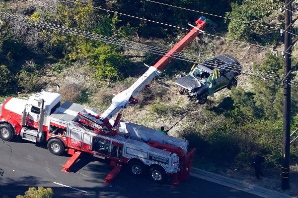 미국의 '골프 황제' 타이거 우즈가 타고 있던 차량이 23일(현지시간) 캘리포니아주 로스앤젤레스(LA) 근교 도로에서 전복되는 사고가 발생한 후 작업자들이 크레인을 동원해 훼손된 우즈의 차량을 옮기고 있다. 이 사고로 우즈는 다리 여러 곳을 다쳐 병원으로 이송돼 수술을 받는 것으로 알려졌다. 사진=연합뉴스
