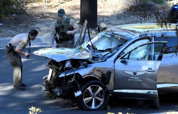 로스앤젤레스(LA) 카운티 경찰이 타이거 우즈가 몰다 사고를 낸 제네시스 GV80 상태를 조사하고 있다. 사진=REUTERS