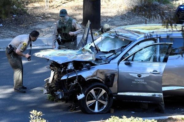 23일(현지시간) 미국 캘리포니아주 로스앤젤레스에서 LA 카운티 보안관들이 이날 발생한 '골프 황제' 타이거 우즈의 자동차 전복 사고 현장에 출동해 조사를 벌이고 있다. 현대자동차 스포츠유틸리티차량(SUV) '제네시스 GV80'을 몰고 있던 우즈는 사고 이후 다리 여러 곳을 다쳐 병원으로 긴급 이송돼 수술을 받았다. 경찰은 손상되지 않은 차량 내부가 쿠션 역할을 해 우즈가 살아남을 수 있었다고 밝혔다. 운전석 쪽 문짝에 '제네시스 인터내셔널(GENESIS INTERNATIONAL)이란 글자가 보이는 이 차량은 우즈가 지난주 현대차의 후원 아래 미국프로골프협회(PGA) 제네시스 인비테이셔널 대회를 주최한 뒤 LA에 머무는 동안 빌려 사용한 것으로 보도됐다. (로스앤젤레스 로이터=연합뉴스)