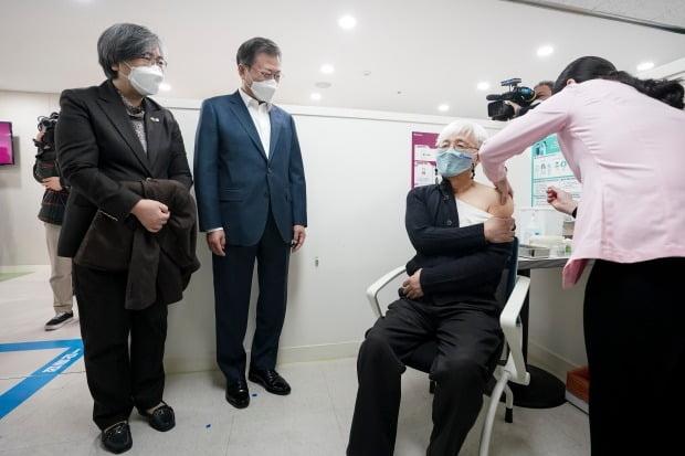 백신 접종 지켜보는 문재인 대통령 (사진=연합뉴스)
