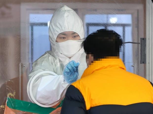 27일 오전 서울역에 설치된 임시선별진료소에서 한 시민이 코로나19 검사를 받고 있다./ 사진=연합뉴스