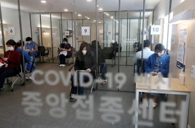 """백신접종 일주일간 """"日 1.2만명 vs 韓 18만명"""""""