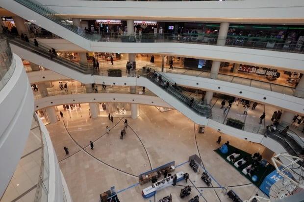 복합쇼핑몰이 월 2회 의무휴업하더라도 소비자가 전통시장으로 유입되는 효과는 미미할 것이라는 조사 결과가 나왔다./사진=뉴스1