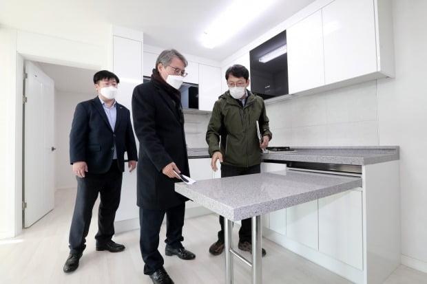 한국토지주택공사(LH) 관계자들이 공공전세주택을 살펴보고 있다. / 사진=뉴스1