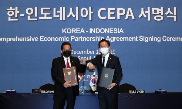 성윤모 산업통상자원부 장관(오른쪽)과 아구스 수파르만토 인도네시아 무역부 장관이 지난해 12월 18일 오전 서울 중구 롯데호텔에서 열린 한-인도네시아 포괄적경제동반자협정(CEPA) 서명식에서 협정서와 이행약정서에 서명했다. 사진=뉴스1
