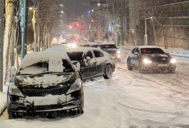 서울 관악구 호암로 인근 도로가 강설로 인해 결빙돼 차들이 멈춰서 있다.(사진=뉴스1)