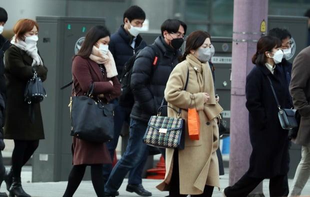 서울 종로구 세종로 네거리에서 시민들이 두꺼운 외투를 입고 출근하고 있다.(사진=뉴스1)