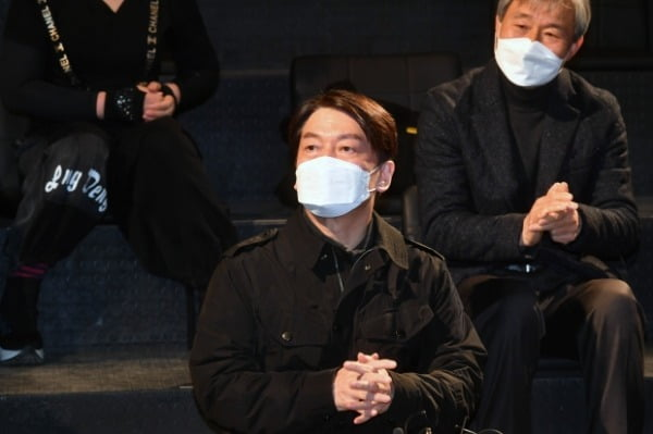 안철수 국민의당 대표가 2일 오전 서울 대학로 한 소극장에서 열린 문화예술인들과 현장간담회에 참석해 발언을 하고 있다. /사진=뉴스1