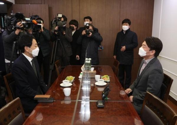 안철수 국민의당 대표(오른쪽)와 금태섭 전 더불어민주당 의원이 지난 4일 서울 여의도 국회 의원회관에서 회동하고 있다. /사진=뉴스1