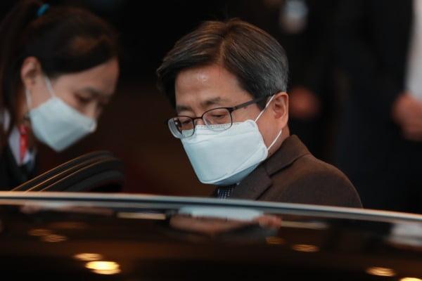 김명수 대법원장이 4일 오후 서울 서초구 대법원에서 퇴근하고 있다/사진=뉴스1