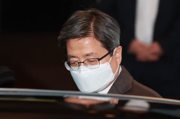 김명수 대법원장이 4일 오후 서울 서초구 대법원에서 퇴근하고 있다. 사진=뉴스1