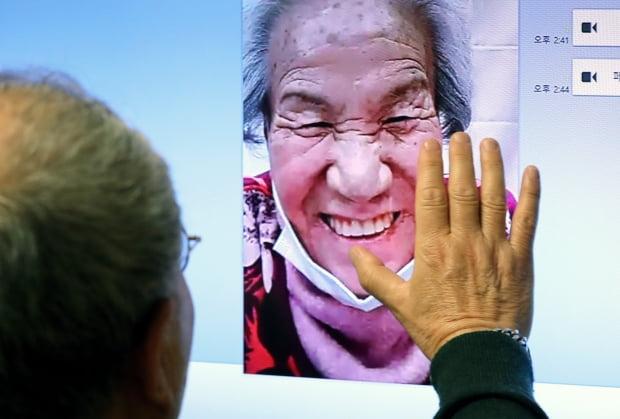 10일 오후 충남 천안 불당동에서 아들 채희철 씨(66세)가 대전 유성구 보훈요양원에 계신 어머니 이은춘 씨(91세)와 설 명절을 앞두고 영상통화를 이용해 안부를 전하고 있다. 사진=뉴스1