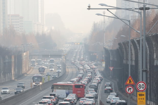 설날인 12일 서울 서초구 잠원IC 부근 경부고속도로 하행선. 사진=뉴스1