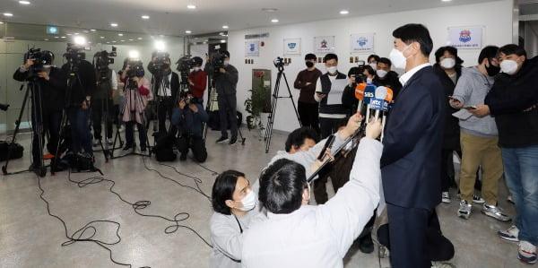 신무철 한국배구연맹(KOVO) 사무총장이 16일 오후 서울 마포구 상암동 한국배구연맹에서 열린 배구계 학교폭력 근절 및 예방 방안을 논의하기 위한 비상대책회의를 마친 후 브리핑을 하고 있다. 사진=뉴스1