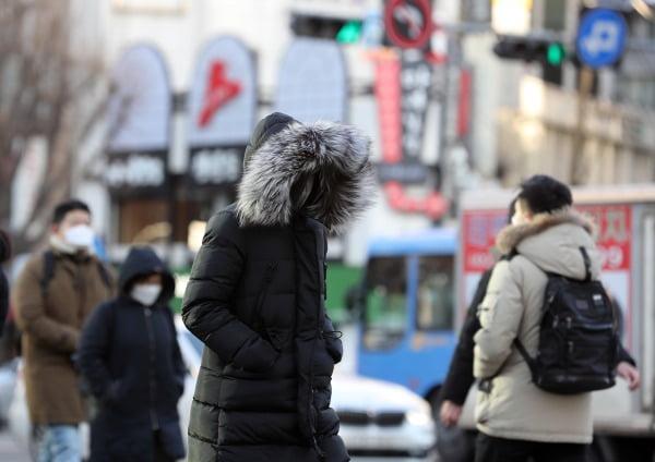 서울 아침기온이 영하 10도까지 떨어지며 한파가 찾아온 지난 17일 오전 서울 세종대로 광화문사거리에서 출근길 시민들이 발걸음을 재촉하고 있다/사진=뉴스1