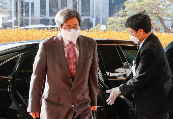 김명수 대법원장이 17일 오전 서울 서초구 대법원으로 출근하고 있다. 사진=뉴스1