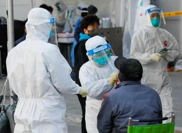 지난 17일 신종 코로나바이러스 감염증(코로나19) 집단감염이 발생한 경기 남양주 진관산업단지 이동검사소에서 의료진들이 검체채취를 하고 있다. /사진=뉴스1