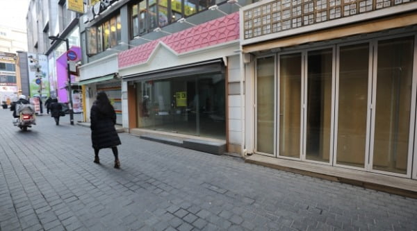 지난 17일 텅 빈 서울 명동거리 곳곳에 임대문의 안내문이 붙어 있다. /사진=뉴스1