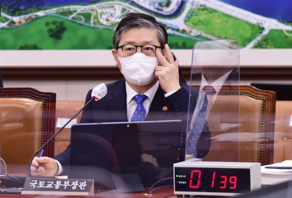 변창흠 국토교통부 장관이 22일 서울 여의도 국회에서 열린 국토교통위원회 전체회의에 출석해 질의에 답변하고 있다. 사진=뉴스1