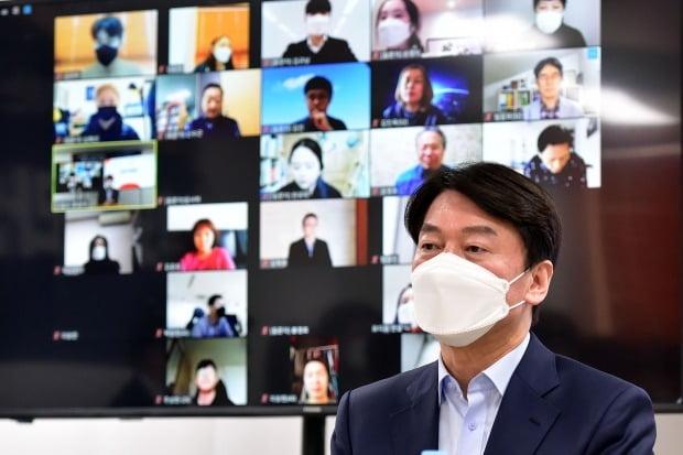 안철수 국민의당 서울시장 보궐선거 예비후보가 22일 여의도 인근에서 당원이 직접 검증하는 '후보자 온라인 청문회'에 참석해 질의에 답하고 있다. /사진=뉴스1