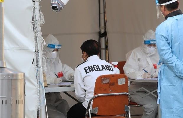 대구 달서구보건소에서 외국인 노동자들이 신종 코로나바이러스 감염증(코로나19) 진단검사를 받기 위해 의료진과 상담하고 있다. 사진=뉴스1