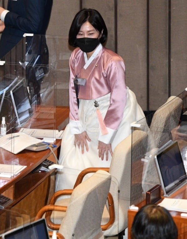 허은아 국민의힘 의원이 26일 오후 서울 여의도 국회에서 열린 본회의에 한복을 입고 참석해 동료 의원들의 환호를 받고 있다. /사진=뉴스1