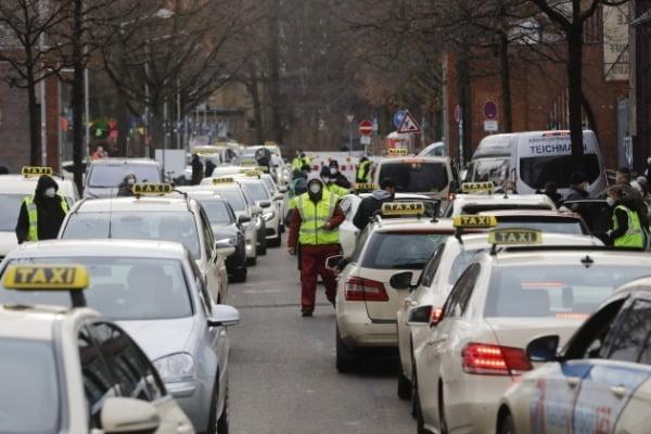 독일 베를린 주민들이 택시를 타고 트렙토브 지역에 있는 코로나19 백신 접종센터로 향하고 있다/사진=AP