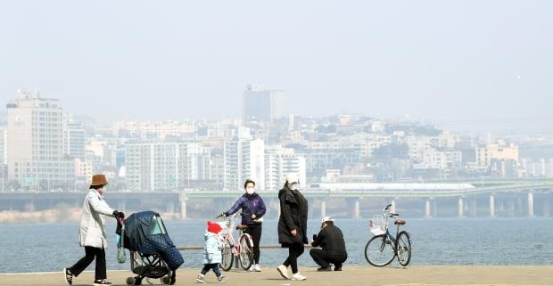 포근한 날씨 속에 수도권 미세먼지 농도가 나쁨을 보인 22일 서울 반포한강공원에서 시민들이 산책을 하고 있다. 허문찬 기자 sweat@hankyung.com
