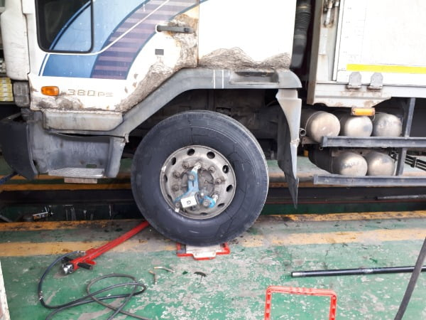 한 차량이 마모가 심하게 진행된 타이어를 교체하러 경기도 구리 소재 한 공업사를 방문했다./ 사진=신현아 한경닷컴 기자