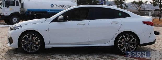루프라인이 돋보이는 BMW M235i X드라이브 그란쿠페 측면 모습. 사진=오세성 한경닷컴 기자