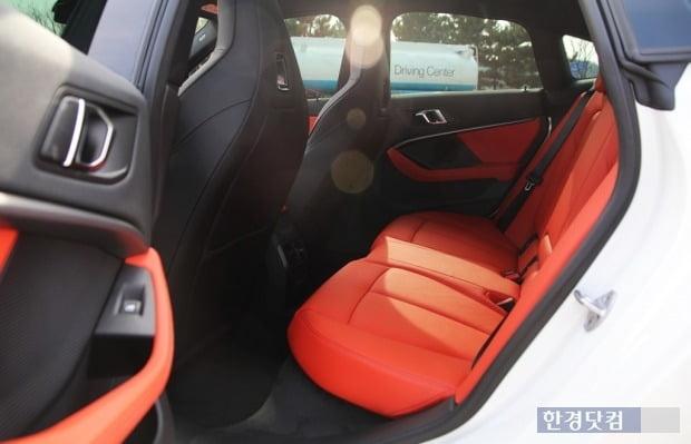 BMW M235i X드라이브 그란쿠페 뒷좌석은 키 175cm 이상 성인이 앉기엔 다소 좁다. 사진=오세성 한경닷컴 기자
